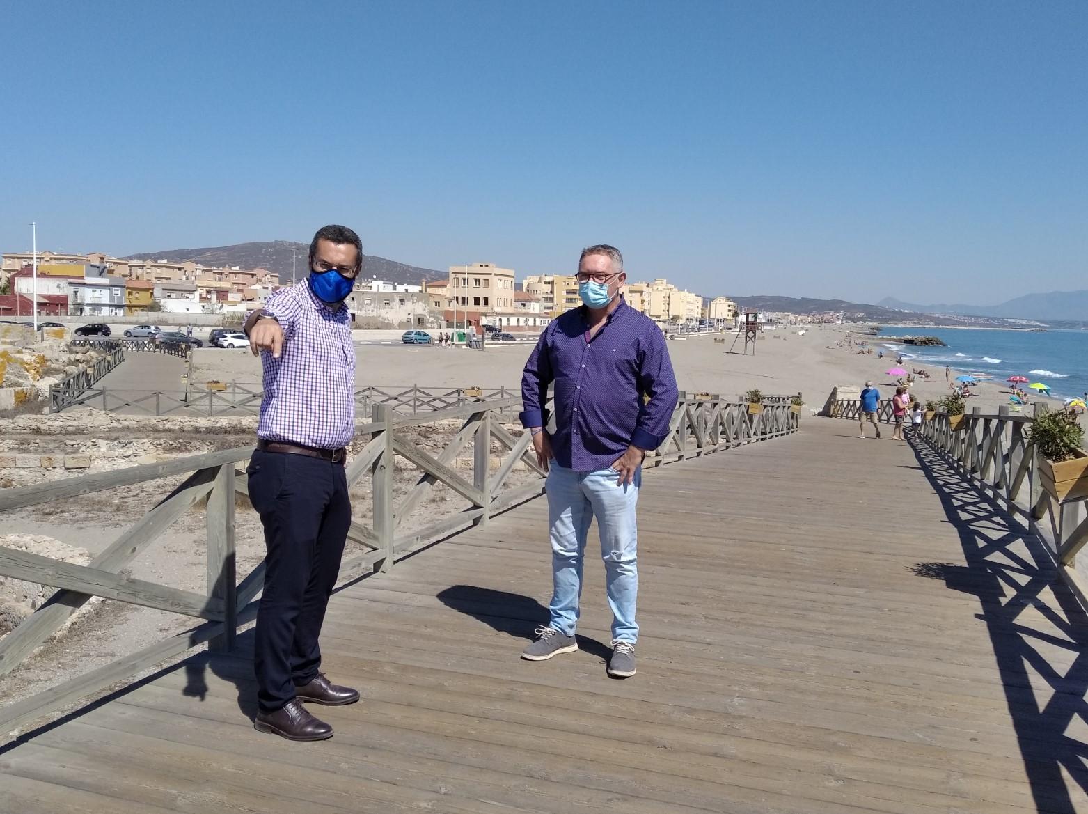 Alcalde y concejal en la playa